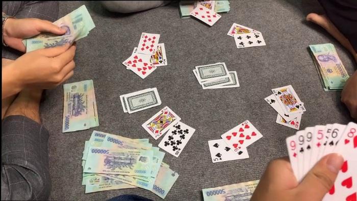 Cờ bạc có rất nhiều hình thức chơi khác nhau như: đánh bạc, cá độ, cá cược, đỏ đen